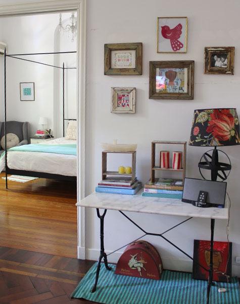 Interiores 76 blanco rojo y turquesa casa chaucha - Decoracion economica de interiores ...